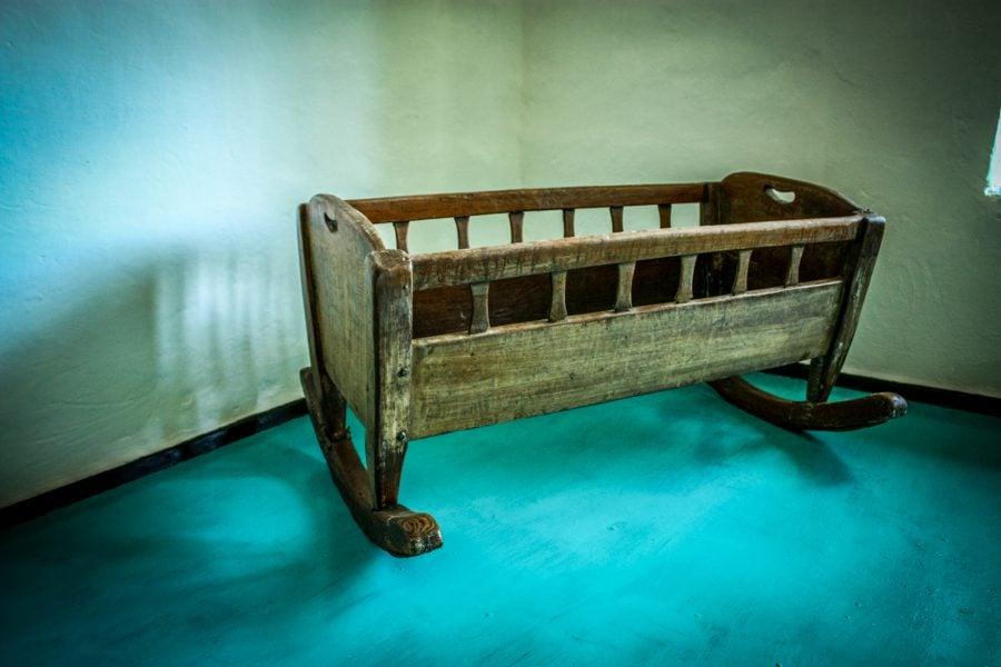 Leagan (patut) vechi de lemn pentru copii