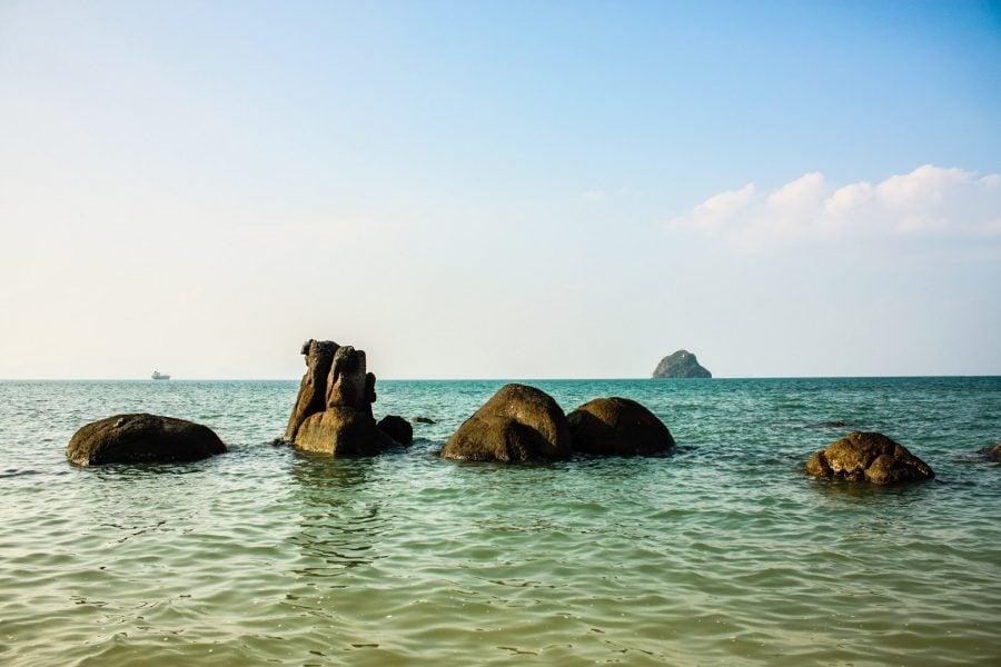 Black Sand Beach, formațiuni de piatră