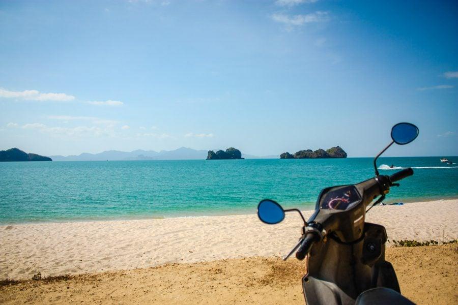 Cum scooterul pe plajă