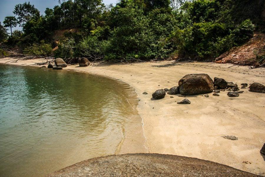 Mică plajă ascunsă lângă Black Sand Beach