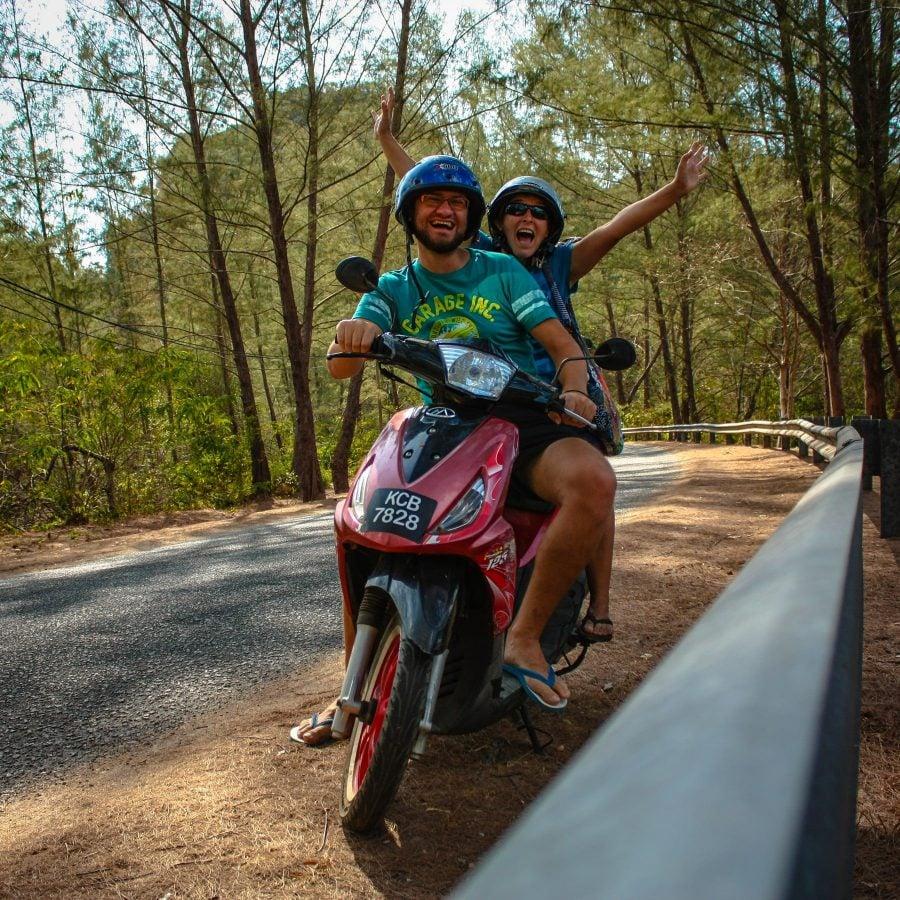 Români voluntari în Langkawi, pe scooter