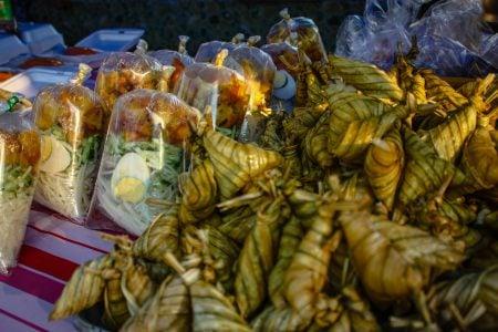 Mâncare asiatică la pungă in piața din Langkawi