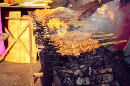 Pui la grătar în bețe de bambus