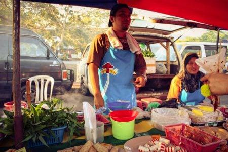 Tarabă cu preparate din pește în Malaezia