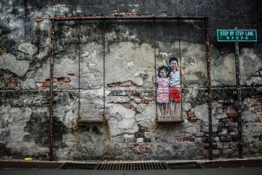 Penang Street Art - Copii în leagăn