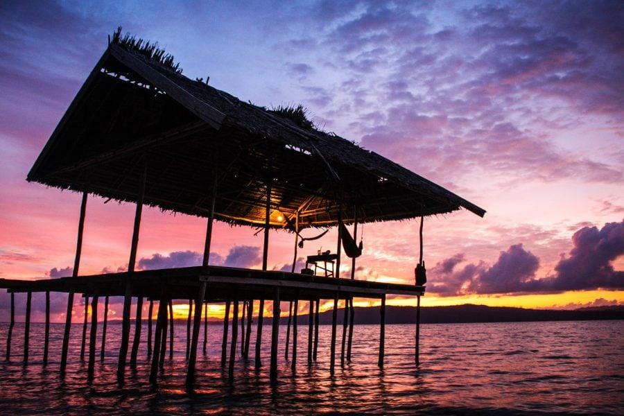 Colibă cu hamace la apus, insula Mansuar, Raja Ampat, Papua