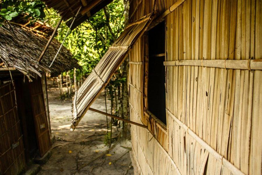 Colibe din bambus pe insula Mansuar, Papua, Indonezia