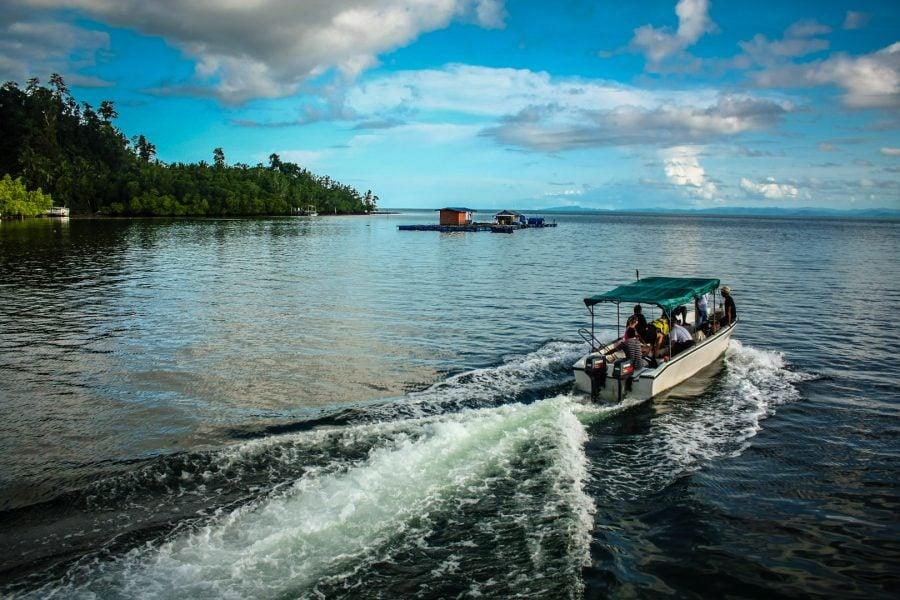 Cu barca, de la Waisai la insula Mansuar, Raja Ampat, Papua