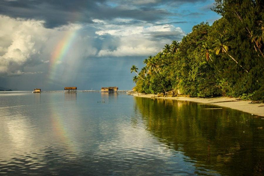 Plaja tropicală și curcubeu, Raja Ampat, Papua, Indonezia