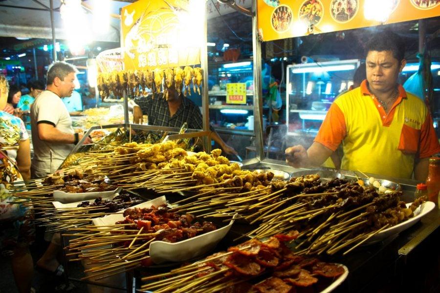 Tarabă cu mâncare în Strada Alor, Kuala Lumpur