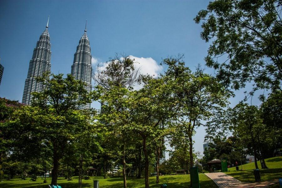 Turnurile Petronas văzute din Parcul KLCC, Kuala Lumpuri
