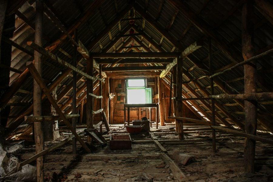 Podul casei, grinzi de lemn si acoperis din azbest