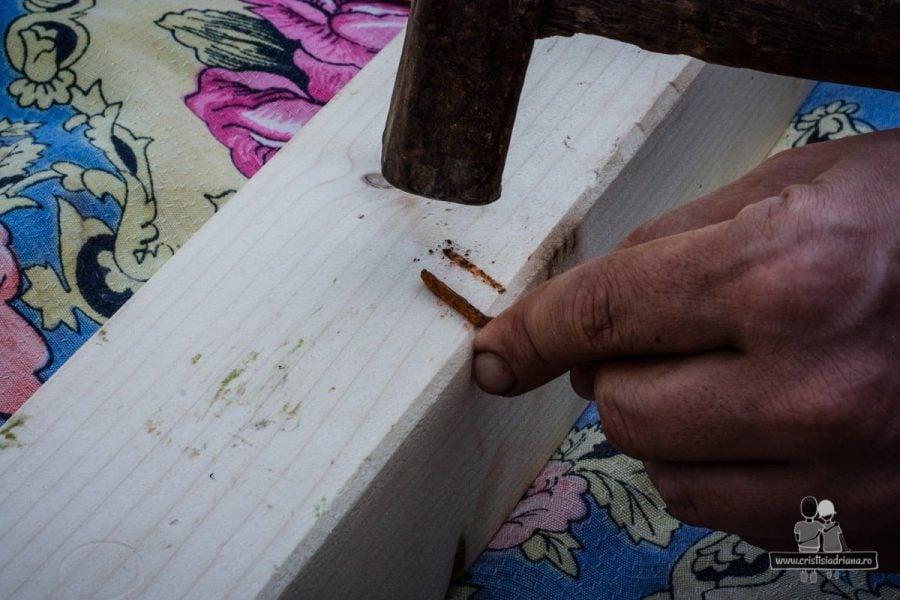 Învechire lemn cu un cui ruginit
