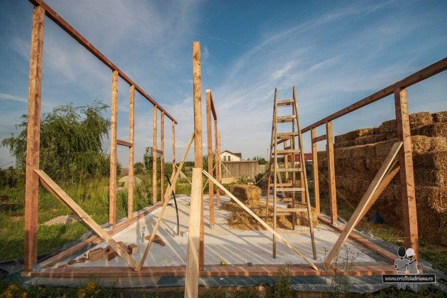 Casa din paie pe structura de lemn