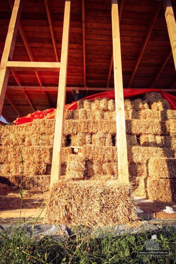 Poziționare baloți de paie în structura de lemn