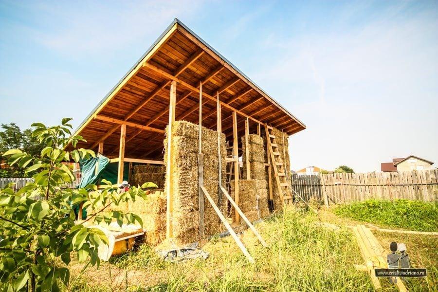 Structură de lemn cu perete de baoți