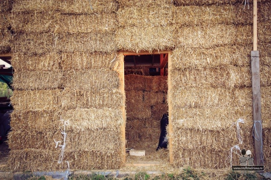 Ușă în perete din baloți de paie