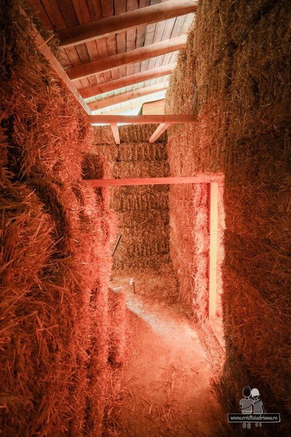 Vedere interior casă din baloți de paie