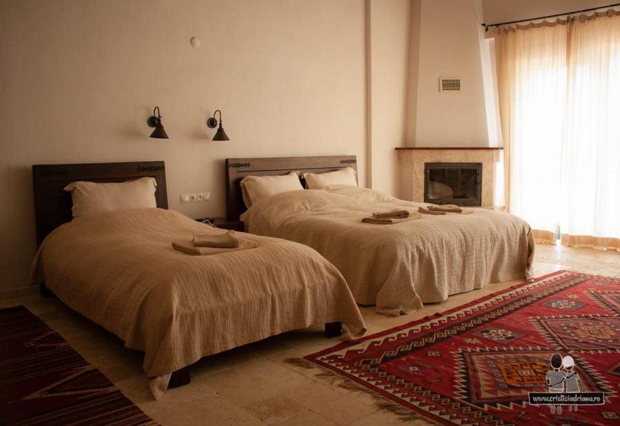 Hotel, camera cu șemineu