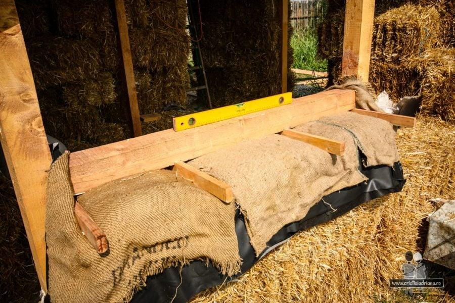 Protejarea pervazului de paie cu saci și folie