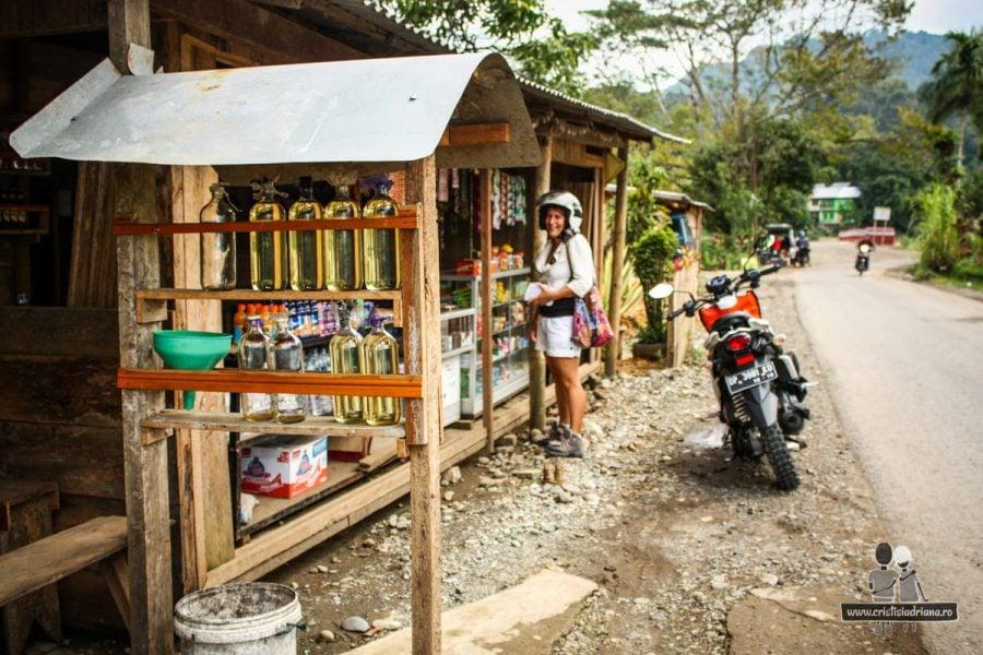 Adriana cumpără benzină în Indonezia