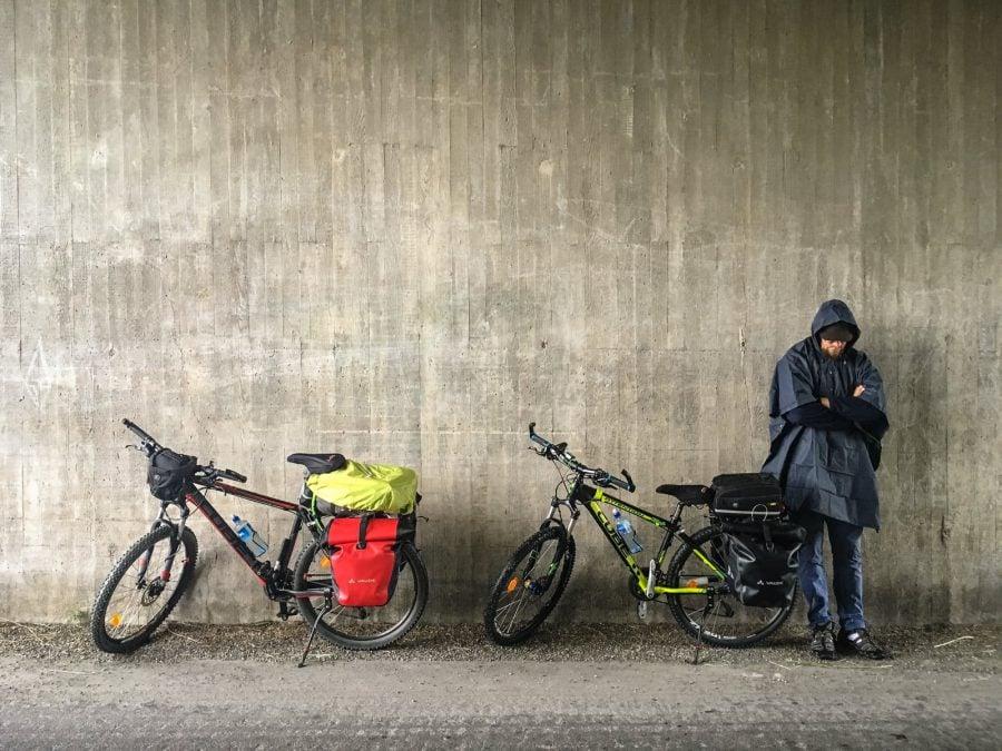 Adăpost de ploaie sub pod