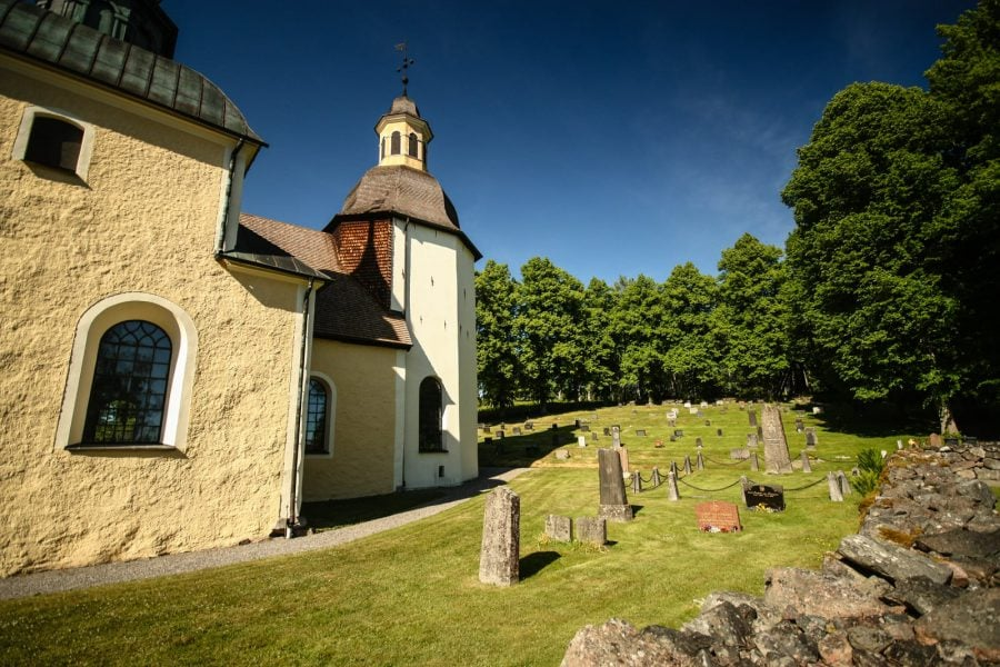 Biserica Balinge și cimitirul
