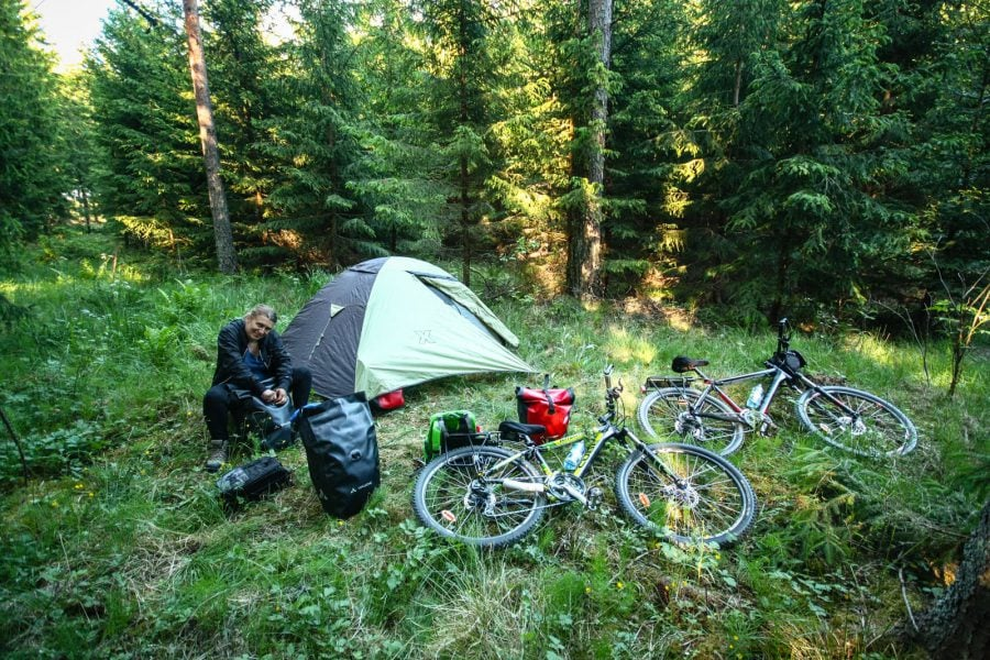 Camping cu biciclete în pădure în Suedia