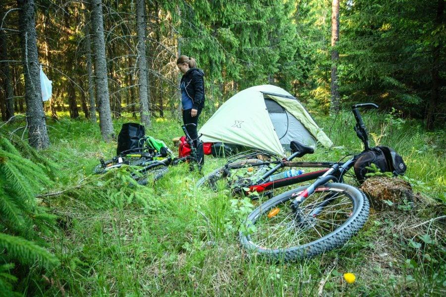 Camping cu cortul și bicicletele