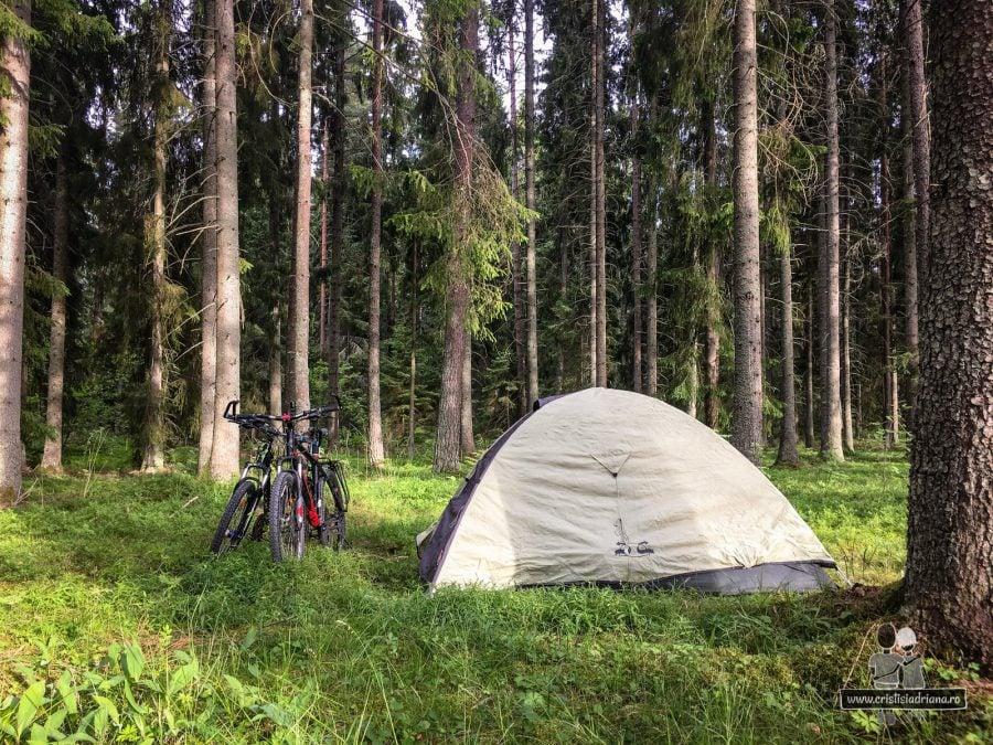 Cu cortul la camping
