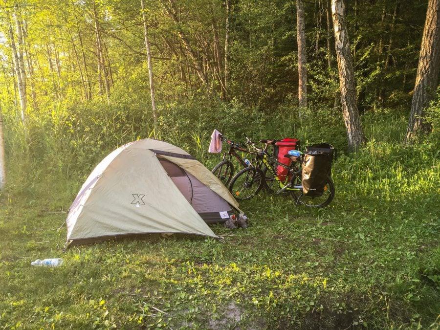 Cu cortul și bicicletele, camping în pădure, Suedia