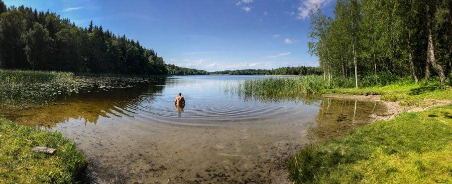 La scăldat în lac rece din Suedia