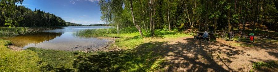 Plajă și lac în Suedia, în pădure