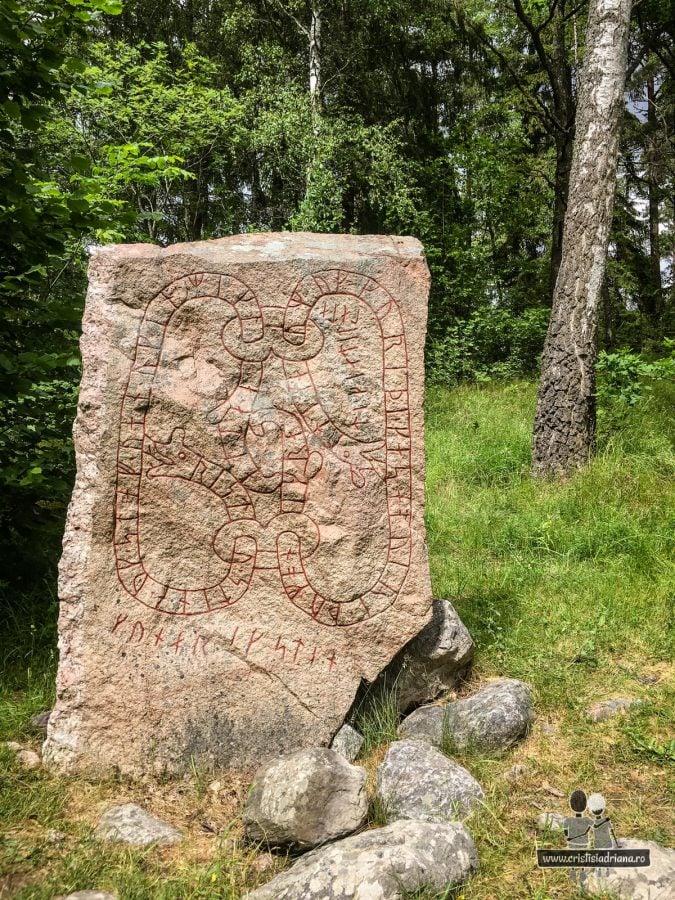 Rune aproape de lac