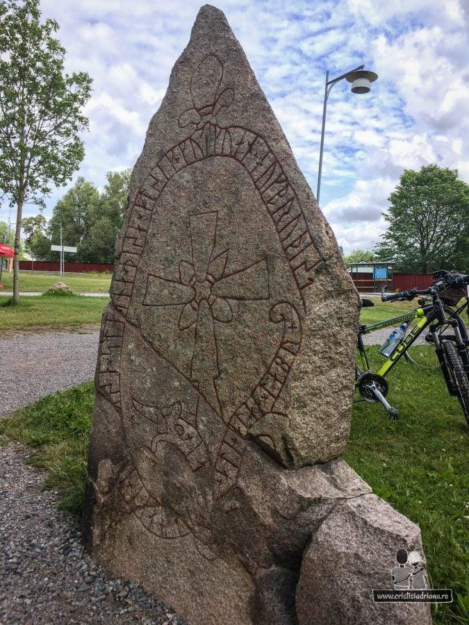 Rune lângă pod