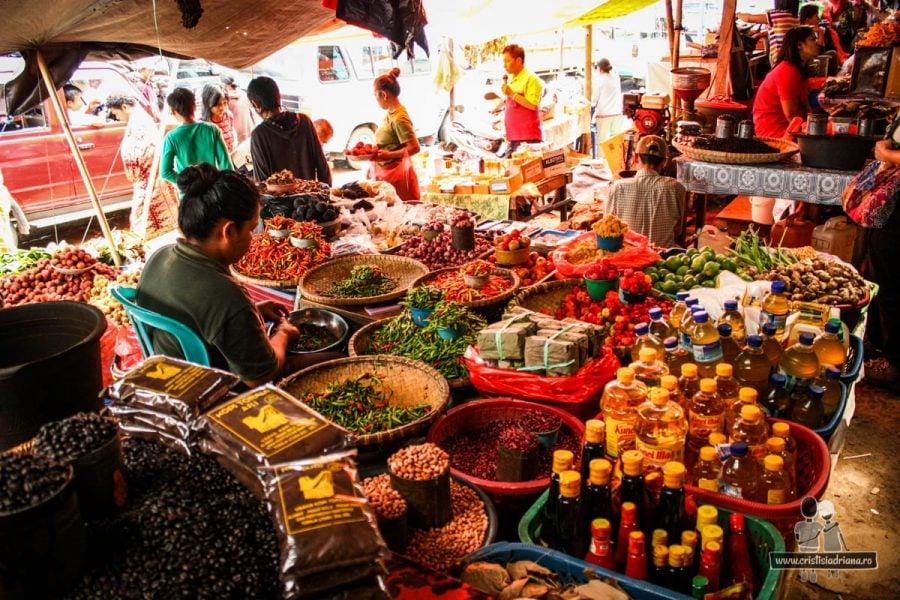 Tarabă de condimente în piață Indonezia