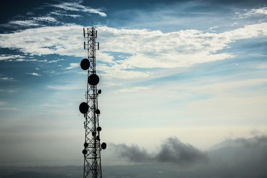 Antenă pe cer albastru