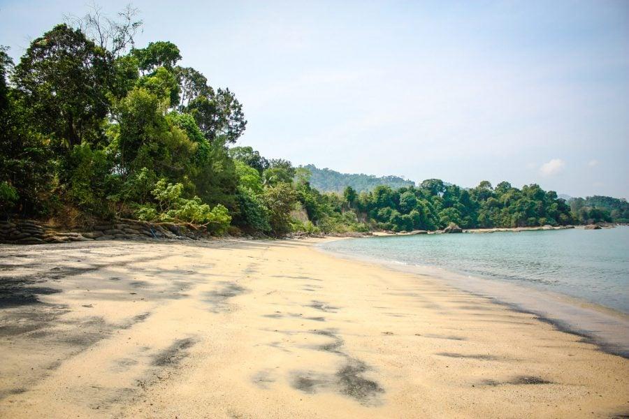 Plajă cu nisip negru în Langkawi