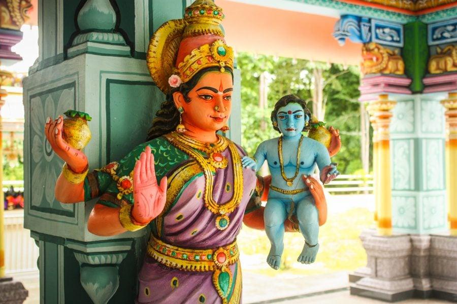 Statuie cu Yashoda și Krishna în templu hindus
