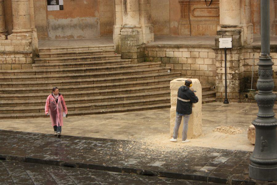 Sculptor în piața centrală din Noto, Sicilia