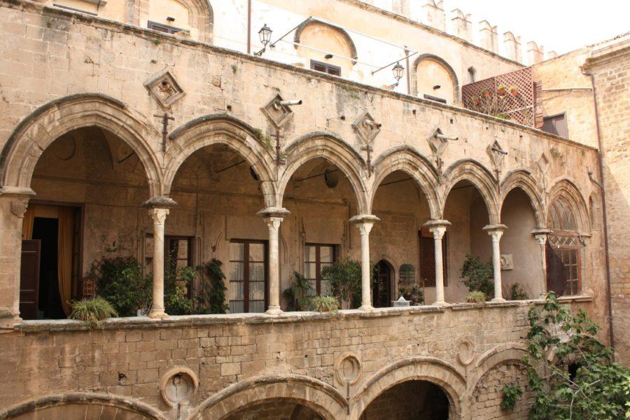 Clădire cu arcade în Palermo