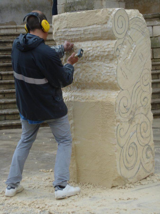 Sculptor sicilian în piața centrală din Noto